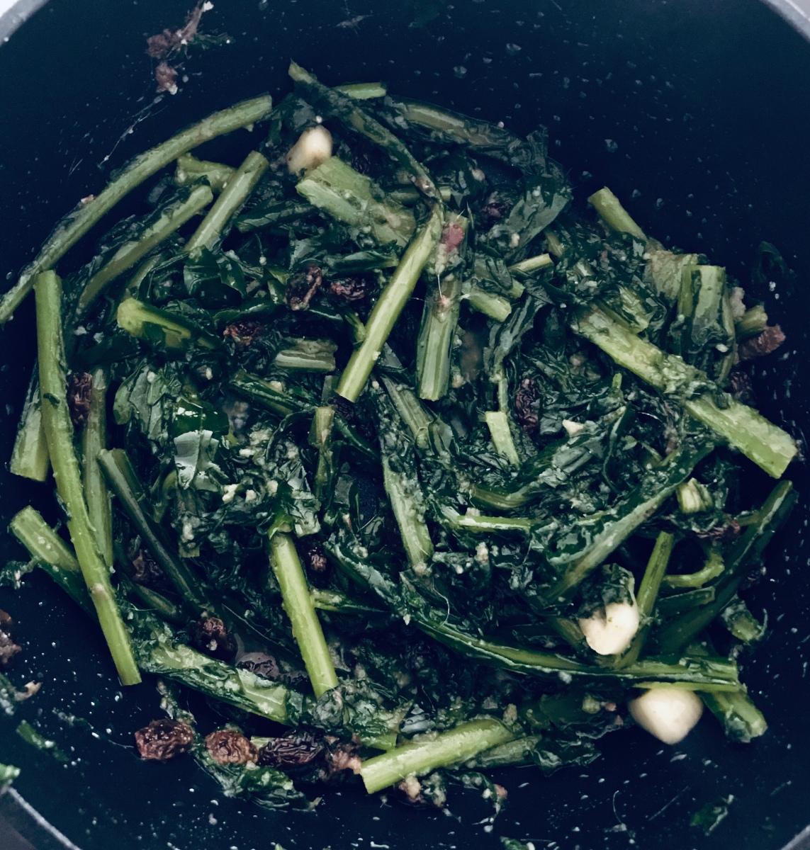 Cicoria ripassata | Zichoriesalat mit Sardellen und Rosinen